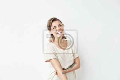 Weso? A szcz ?? liwy m? Odych pi? Kna dziewczyna patrz? C na kamery u? Miechni? Te laughing ponad bia? Ym tle.