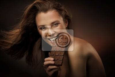 Wesoła kobieta jedzenie czekolady
