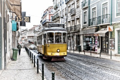 Fototapeta Widok na tradycyjnych żółty tramwaj 28 przechodzącej ulicami Lizbonie zapewniając liniowa transportu publicznego
