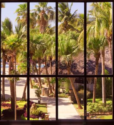 Fototapeta widok na tropikalny ogród przez panoramiczne okno