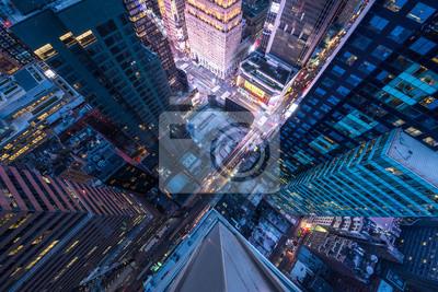 Fototapeta Widok ptaka ptaka na Manhattanie, patrząc na ludzi i żółte taksówki, idąc ulicą 5th Avenue.