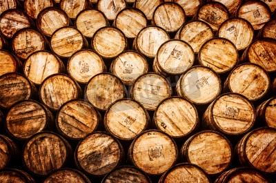 Fototapeta Widok szczegółów z whisky i wina ułożone drewnianych beczkach w stylu vintage