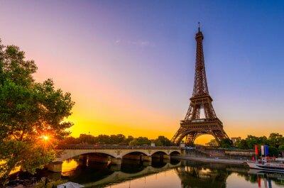 Fototapeta Widok wieża eifla i rzeka wonton przy wschodem słońca w Paryż, Francja. Wieża Eiffla jest jednym z najbardziej znanych zabytków Paryża