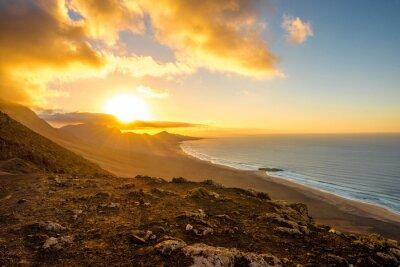 Fototapeta Widok z góry na plaży Cofete i gór na półwyspie Jandia na Fuerteventurze wyspy na zachodzie słońca w Hiszpanii