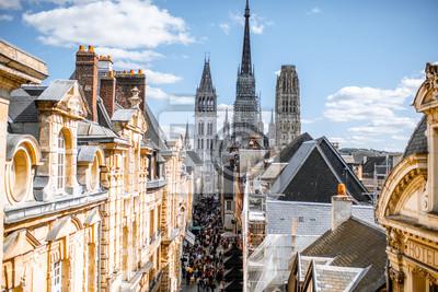 Fototapeta Widok z lotu ptaka citysape Rouen ze słynnej katedry w słoneczny dzień w Normandii we Francji
