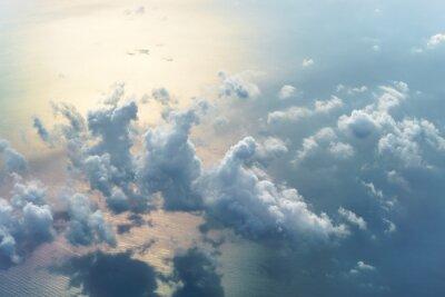 Fototapeta Widok z lotu ptaka z samolotu w pochmurny dzień.