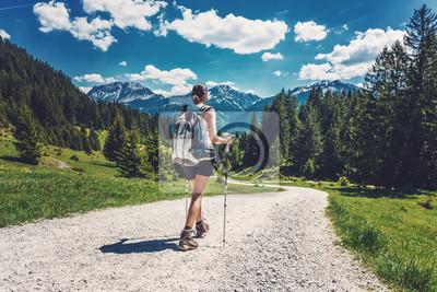 Fototapeta Widok z tyłu kobieta turystyka na górskim wędrówce