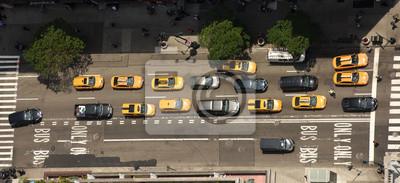 Fototapeta Widok z wieżowców na ulicach Nowego Jorku. Widok z góry na ulicy z samochodami na drodze. Żółte taksówki w Nowym Jorku