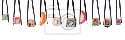 Fototapeta Wiele z sushi i rolkach w czarnych pałeczkami na białym tle