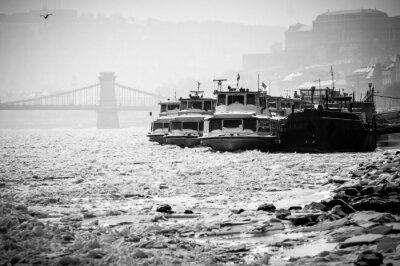 Fototapeta Wielkie łodzie utknęły w lodzie w zimie