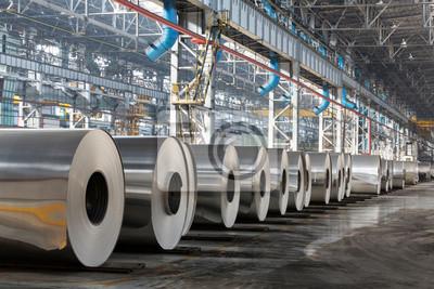 Fototapeta Wiersz rolkach kłamstwo aluminium w hali produkcyjnej zakładu.