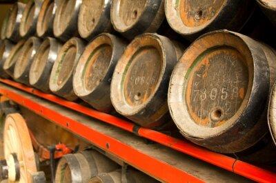 Fototapeta Wiersz z drewnianych beczek piwa