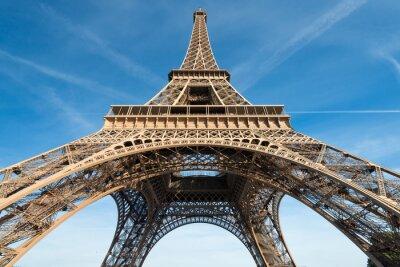 Fototapeta Wieża Eiffla w Paryżu, przeciw błękitne niebo