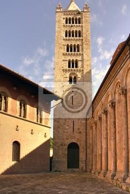 Wieża w pobliżu zabytkowego kościoła, Massa Marittima, Włochy