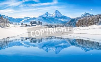 Fototapeta Winter Wonderland scenerii Alp z ośnieżonych górskich szczytów, odzwierciedlając w krystalicznie czystym górskim jeziorem na zimno słoneczny dzień z błękitne niebo i chmury