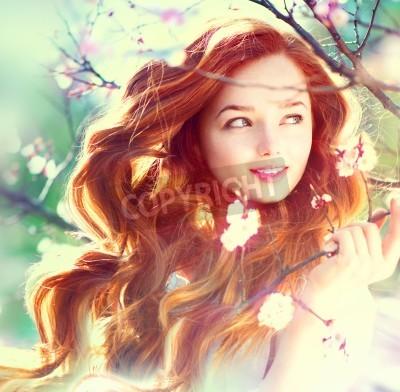 Fototapeta Wiosna piękna dziewczyna z długimi włosami na zewnątrz czerwony wydmuchiwania