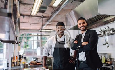 Fototapeta Właściciel restauracji z szefem kuchni w kuchni