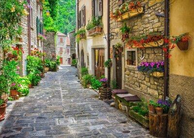 Fototapeta Włoska ulica w małym prowincjonalnym miasteczku Toskanii
