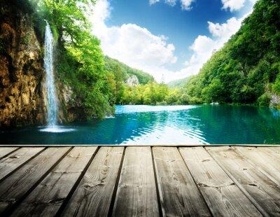 Wodospad w głębokim lesie w Chorwacji i drewna molo