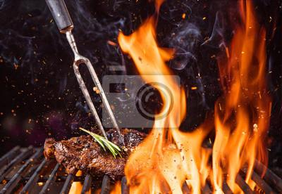 Fototapeta Wołowina stek z grilla z płomieni