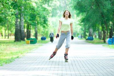 Fototapeta Wrotkarstwo sportowy dziewczyna w parku na rolkach na inline skate