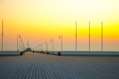 Fototapeta Wschód słońca na molo w Sopocie, Polska.
