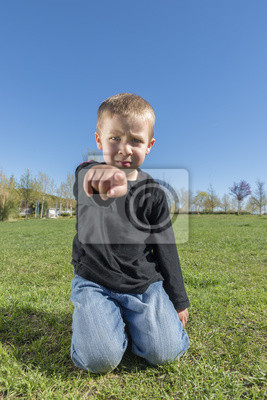 Wściekły dziecko wskazując na kamery
