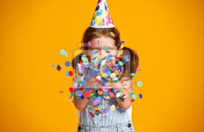 Fototapeta wszystkiego najlepszego dziecko dziewczynka z konfetti na żółtym tle