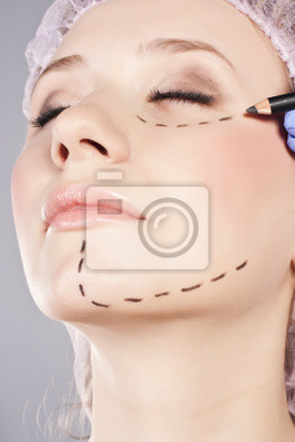 Wtrysk kosmetycznych botox w kobiecej twarzy.
