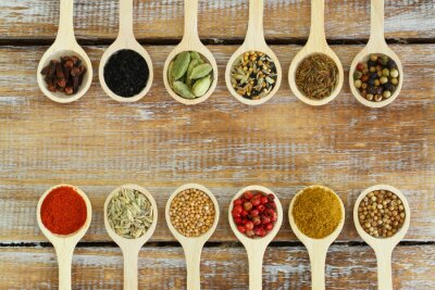 Fototapeta Wybór indyjskich przypraw na łyżki drewniane