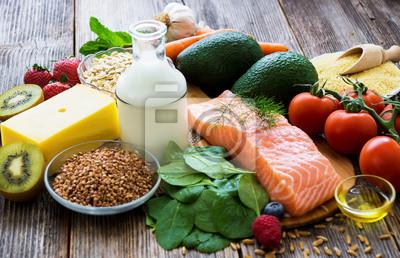 Fototapeta Wybór zdrowej żywności na drewnianych tle