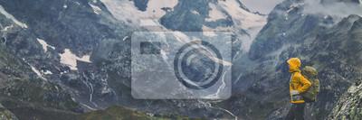 Fototapeta Wycieczka górska Europa podróż wycieczkowicz kobieta trekking w Szwajcarii Alpy góry krajobraz tła. Panoramiczny sztandar wycieczkowicza na wyprawie przygodowej.