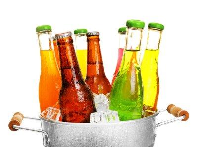 Fototapeta Wyroby ze szkła różne napoje w metalowym wiadrze z lodem