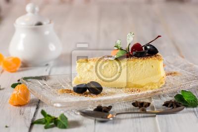Fototapeta Wyśmienicie deserowy cheesecake z owoc na drewnianym tle