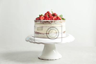 Fototapeta Wyśmienicie domowej roboty tort z świeżymi jagodami na stojaku przeciw lekkiemu tłu