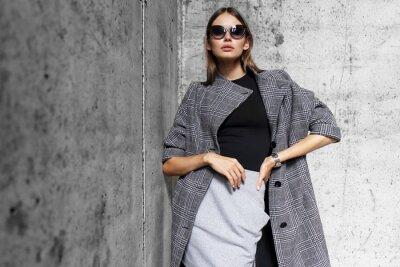 Fototapeta wysoka Portret mody młoda kobieta elegancki na zewnątrz.