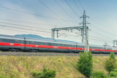Fototapeta Wysoka prędkość pociągu w pobliżu terenów przemysłowych