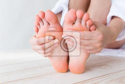 Fototapeta 足 裏 を 触 る 女性