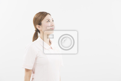 白衣 を 着 た 女性
