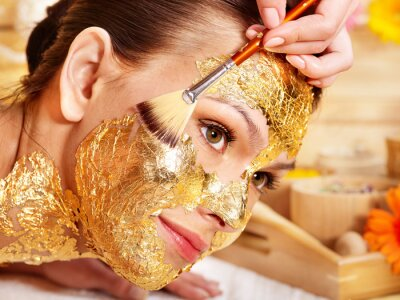 Fototapeta Kobieta coraz Złota maska twarzy .