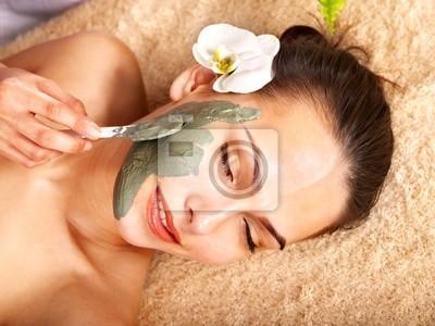 Młoda kobieta o maska na ciało gliny .