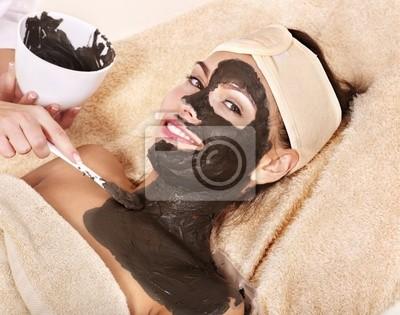 Młoda kobieta o maska na ciało gliny.