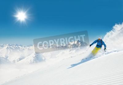 Fototapeta Narciarz mę żczyzny uruchomiony zjazd na sÅ,oneczny stok narciarski