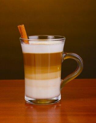 Pachnące сappuccino latte w filiżance szkła i cynamonem