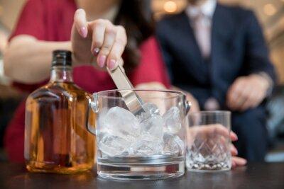 Fototapeta お酒を作る女性