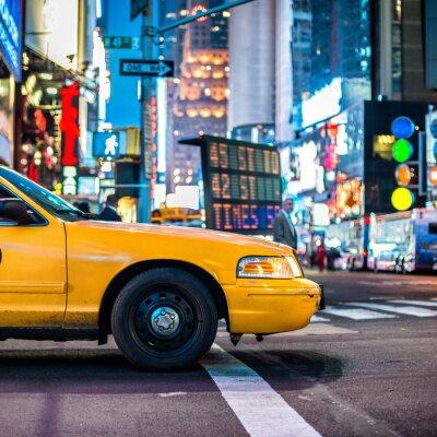 Fototapeta Yellow cab taxi na Manhattanie w Nowym Jorku. Te nowojorskie taksówki na placu noc czasie ..