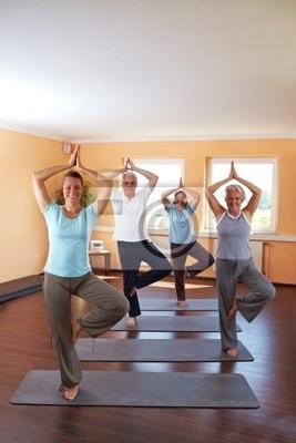 Yoga-Gruppe macht vrikshasana