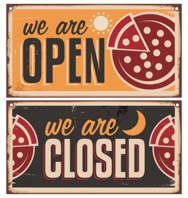 Fototapeta Zabytkowe drzwi ustawione na znaki pizzerii czy restauracji