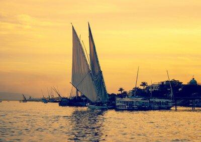 Fototapeta Zachód słońca na Nilu z żaglówek w Egipcie.