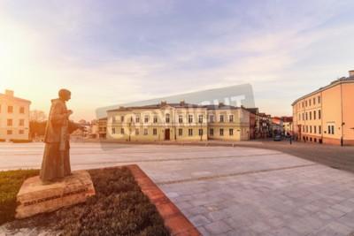 Fototapeta Zachód słońca na placu Marii Panny w Kielcach, Polska, Europa.
